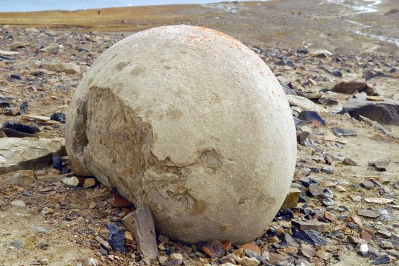 Champ Island, Franz Josef Land, Russia http://englishrussia.com/2014/05/21/mysterious-stone-balls/